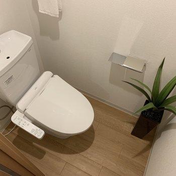 トイレも広いです。※写真は2階の同間取り別部屋のものです