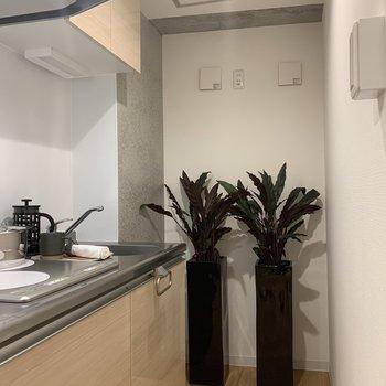 キッチンの奥に冷蔵庫を置くことができます。※写真は2階の同間取り別部屋のものです