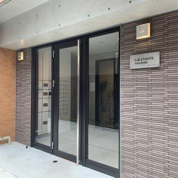 建物の入口です。ピカピカでしょう?