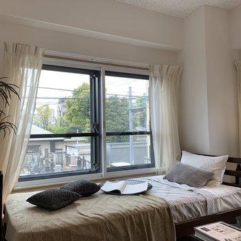 大きな窓が2つあって、明るいです。※写真は2階の同間取り別部屋のものです