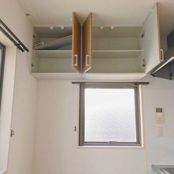 【1F】小窓の上には吊戸棚もありますよ。