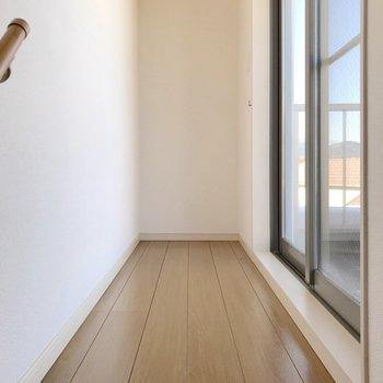 【3F】シンプルに廊下とルーフバルコニーのみ。