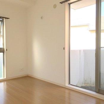 【2F】こちらは4.7帖。大きな掃き出し窓があって明るい!