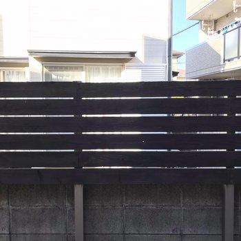 【1F】高い柵の先はお隣さん。人目もあまり気になりません。