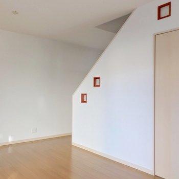 【1F】階段にある小さな障子がアクセント。北西向きだけど光はしっかり入ります。