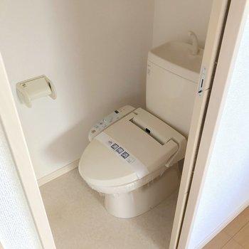 【1F】トイレはお隣に。ウォシュレット付きです。
