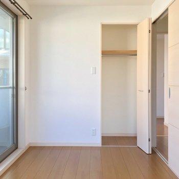 【2F】大きなベッドも置けるし、小さめの収納もあります。