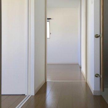 【2F】階段のぼって正面に4.7帖、右に6.7帖の洋室。