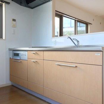 【1F】キッチンは対面式。横と背面に窓があって換気できます。