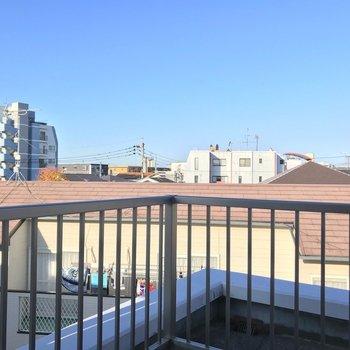 住宅街の上に広がる青空。ふぅ、と深呼吸したくなる場所。