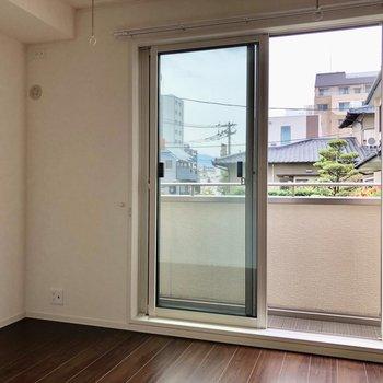 窓は複層ガラスになっており、防音もしっかり!