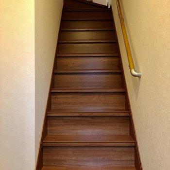 玄関入ってすぐ階段です!