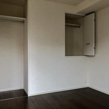 バルコニー側の洋室には2つの収納があります!