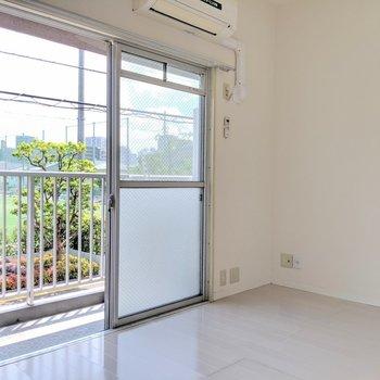 掃き出し窓で明るいです。エアコン付き。(※写真は2階の同間取り別部屋のものです)