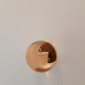 扉の取っ手がクリスタルでかわいいの!中がチラリ。明かり窓代わりにもなる!(※写真は2階の同間取り別部屋のものです)