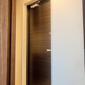 玄関の扉は二重ロックです。