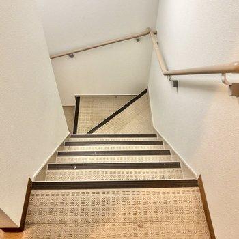 3階までは階段での移動です。
