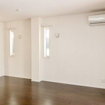 【LD】リビングには縦長の窓がふたつ。天井も高く開放的です。
