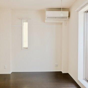 【洋室】エアコンの下にベッドを置こうかな。
