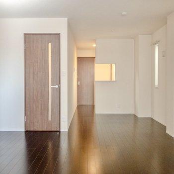 【LD】お部屋の四隅にはコンセントがあります。配線を気にせずレイアウトできそうです。