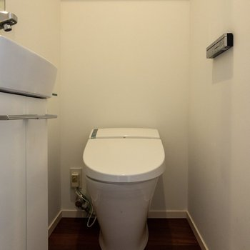 1Fのトイレには温水洗浄が付いています。手洗い場には鏡もありますよ。