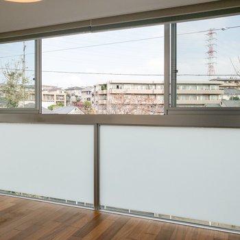 【洋室①】間取り図テラス側のお部屋。窓が大きいですね。