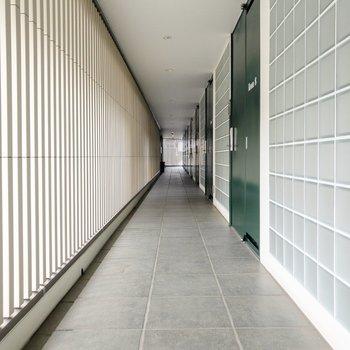 共用部はとってもクール。どのお部屋も扉は緑色。