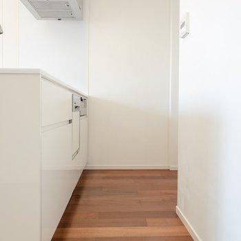 【LD】キッチンはスペース十分。奥には大型の冷蔵庫も置けます。