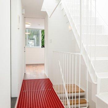 階段をのぼって2Fへ。渡り廊下は赤の格子。