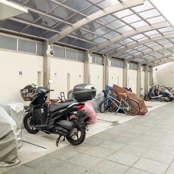 駐輪スペースにはバイクも置けます。
