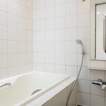 バスルームは追い焚き機能と浴室乾燥機が付いています。