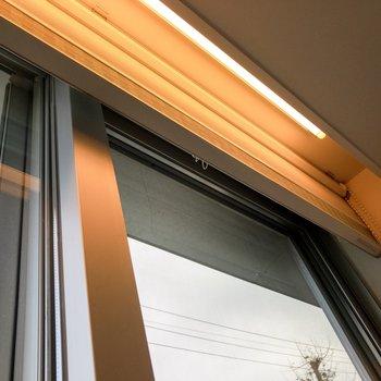 【LD】窓の近くにはライトとロールスクリーンが付いています。