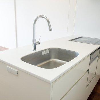 【LD】キッチンには三口のIHコンロとグリルが付いています。