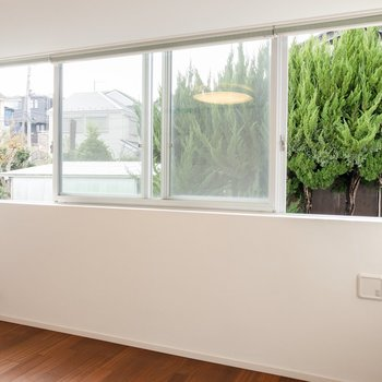 【洋室②】間取り図キッチン側のお部屋。こちらにも大きな窓が。