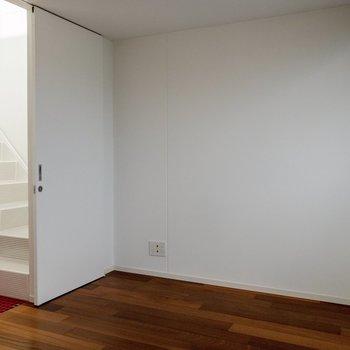【洋室①】ここにもテレビも置けちゃいます。