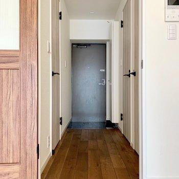 廊下側も無垢床が広がっています(※写真は清掃前のものです)