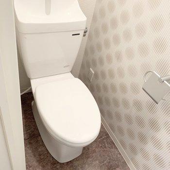 手前におトイレ。クロスが素敵です。