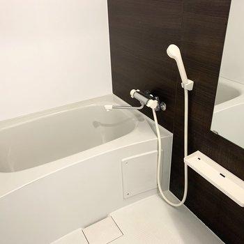 奥にはお風呂。浴室乾燥機も付いています。