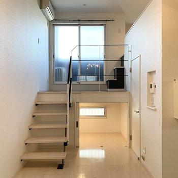 そんな棚の奥に見えていた、最下層の扉の奥には収納空間。