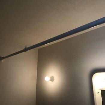 脱衣所には突っ張り棒が設置されてました 干せそうです