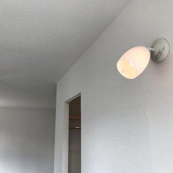洋室には可愛らしい照明も
