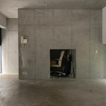 【1F】キッチン側からクルッとふり返りまして。左奥に進むと玄関です。※写真は前回募集時のものです