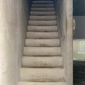 玄関前に階段。さて、2階へ行って見ましょう。※写真は前回募集時のものです
