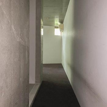 【2F】階段を登ると廊下です。※写真は前回募集時のものです