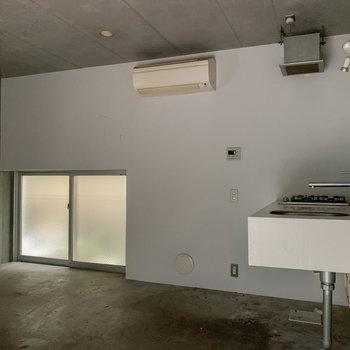 【1F】キッチン側の壁沿いの小窓は、換気用に開けられます。※写真は前回募集時のものです