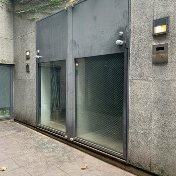 玄関扉は、下がガラスになっています。
