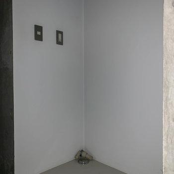 【2F】廊下途中に洗濯機置き場です。※写真は前回募集時のものです