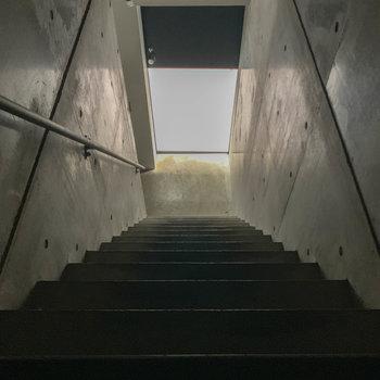 階段を降りた先、ひかる扉が玄関んです。※写真は前回募集時のものです