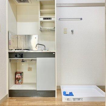 洗濯機置き場はキッチン横にあります