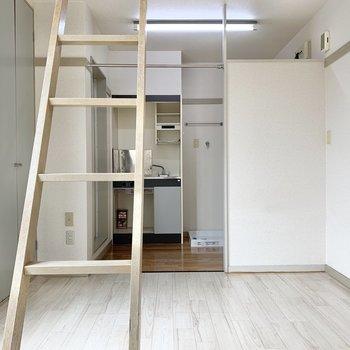 居室は床の色が優しめです